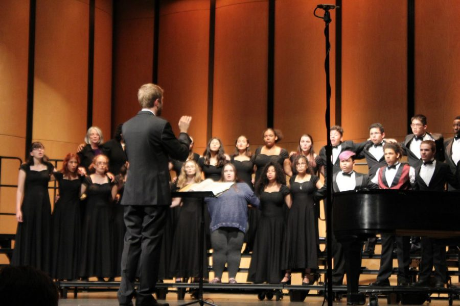 Mr.+David+Short+leads+the+final+performance+of+the+choir+concert+as+alumni+join+in.+The+alumni+involved+in+the+end+performance+was+a+variety+of+generations.+